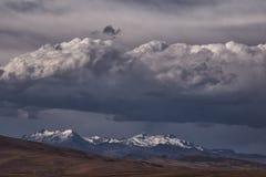Темные тяжелые облака над горами Анд стоковое фото