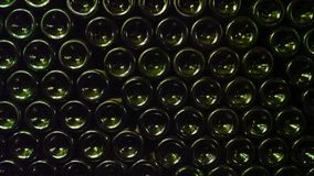 Темные ые-зелен пивные бутылки штабелированные до формы стена стоковая фотография