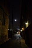 Темный городской переулок города на ноче Стоковые Изображения