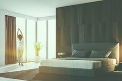 Темный деревянный панорамный интерьер спальни, женщина Стоковые Фотографии RF