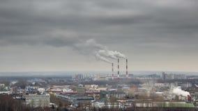 Темный дым приходя от трубы электрической станции тепловой мощности Промежуток времени дыма фабрики видеоматериал