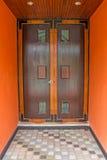 Темный деревянный парадный вход дома Стоковые Изображения