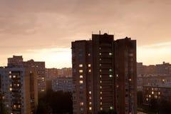Темный заход солнца в городе перед штормом Стоковые Изображения