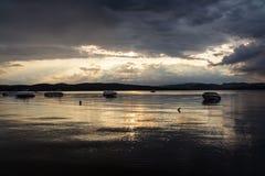 Темный заход солнца над озером St-Габриэль-de-Брэндоном стоковые фотографии rf