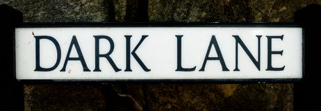 Темный знак улицы майны стоковое изображение