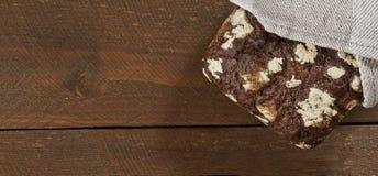 Темный здоровый хлеб на деревянном столе Стоковое фото RF
