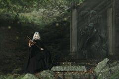 Темный игрок скрипки стоковое фото