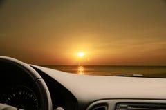 Темный интерьер автомобиля - рулевое колесо, рычаг переноса и приборная панель C Стоковые Фотографии RF