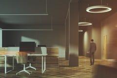 Темный и деревянный интерьер офиса, тонизированный человек, Стоковое фото RF