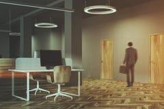 Темный и деревянный интерьер офиса, человек Стоковое фото RF