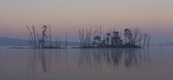 Темный и хмурый ландшафт острова на озере Стоковая Фотография RF