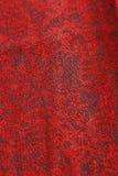 Темный - красный цвет и сделанная по образцу чернотой ткань Стоковое Изображение