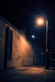 Темный переулок города на ноче с луной Стоковая Фотография RF