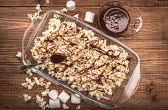 Темный попкорн карамельки шоколада домодельно стоковое фото rf