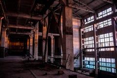 Темный промышленный интерьер большой пустой залы для изготовлять или складировать покинутая фабрика Стоковое Изображение