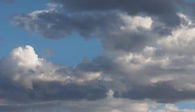 Темный - серые и белые облака шторма в голубом небе, облака протягиванные вдоль рамки Стоковое Изображение RF