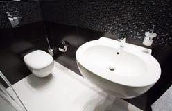 Темный современный интерьер туалета Стоковое фото RF