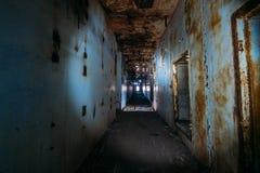 Темный страшный коридор в получившейся отказ атомной электростанции в Крыме Первый взгляд человека, идя с электрофонарем в грязно стоковая фотография