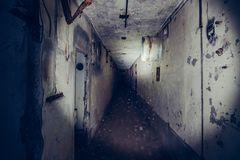 Темный страшный коридор в получившейся отказ атомной электростанции в Крыме Первый взгляд человека, идя с электрофонарем в грязно стоковые изображения