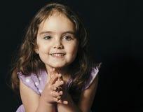 Темный с волосами малыш в студии Стоковое Фото