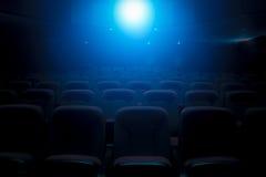 Темный театр фильма с светом проекции стоковое изображение rf