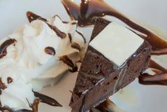 Темный торт шоколада с свежим белым шоколадом стоковые фотографии rf