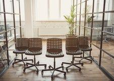Темный удобный распологать стульев крытый Стоковое Изображение RF