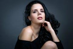 Темный унылый портрет красоты брюнет стоковая фотография rf