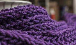 Темный шарф volet и; крупный план картины и линий Стоковые Изображения