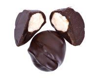 Темный шоколад покрыл гайки макадамии Стоковая Фотография