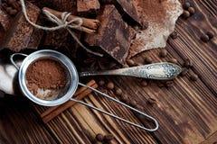 Темный шоколад на бумаге на деревянном столе с кофейным зерном, какао Стоковая Фотография RF