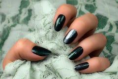 Темный ый-зелен маникюр ногтей Стоковая Фотография RF