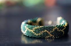 Темный ый-зелен вышитый бисером браслет с золотой картиной Стоковые Изображения RF