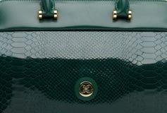 Темный ый-зелен естественный кожаный женский крупный план сумки Стоковое Фото