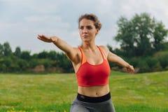 Темн-наблюданная женщина поддерживая ее метаболизм пока идущ внутри для спорт стоковая фотография rf