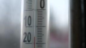 Температурный градиент показывает холод и заморозок Frost -16 градус цельсий Время года зима видеоматериал