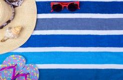 Темповые сальто сальто Seashell взгляд сверху стекел Солнця шляпы женщины пляжа соломы с космосом для текста Стоковое Фото