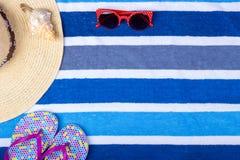 Темповые сальто сальто Seashell взгляд сверху стекел Солнця шляпы женщины пляжа соломы с космосом для текста Стоковые Фотографии RF