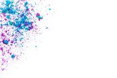 Тенденции состава Образцы сухого краснеют, пудрят, bronzers и highlighter разбросанные на белую предпосылку фиолетовый, голубой,  Стоковые Изображения