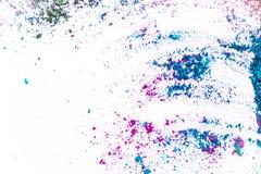 Тенденции состава Образцы сухого краснеют, пудрят, bronzers и highlighter разбросанные на белую предпосылку фиолетовый, голубой,  Стоковая Фотография