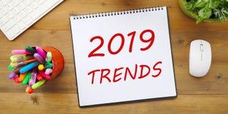 2019 тенденций на бумаге тетради на столе офиса, зрение co дела Стоковое Фото