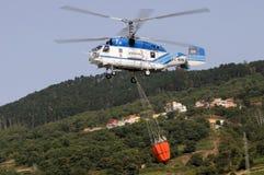 ТЕНЕРИФЕ, 3-ЬЕ АВГУСТА: Вертолет пожаротушения Стоковая Фотография RF