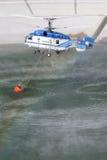 ТЕНЕРИФЕ, 3-ЬЕ АВГУСТА: Вертолет пожаротушения Стоковые Фото