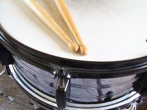 тенет drumsticks барабанчика стоковая фотография