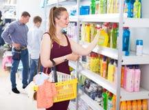 Тензиды женщины покупая Стоковое фото RF