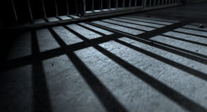 Тени бросания баров тюремной камеры Стоковые Фотографии RF