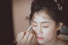 тени для век и красивая азиатская модель стоковая фотография rf