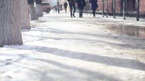 Тени и силуэты улицы города людей идя в зиме в черно-белом сток-видео