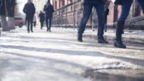 Тени и силуэты улицы города людей идя в зиме в черно-белом акции видеоматериалы