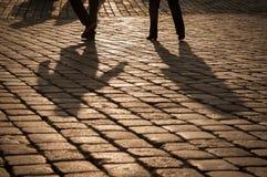 Тени людей идя на старую улицу стоковое изображение rf
